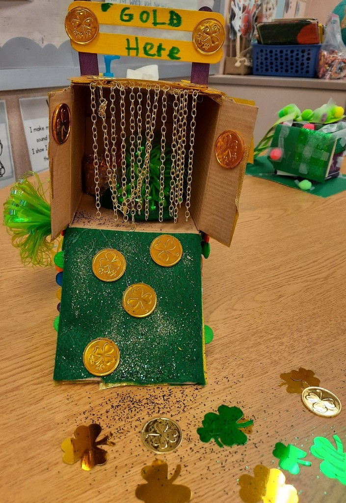 Hanging gold leprechaun trap