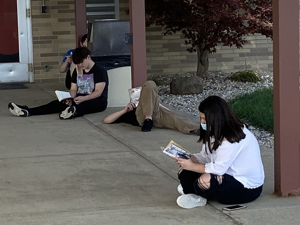 Students reading outside at BJSHS